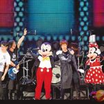 台湾バンド「五月天」ディズニーでライブ  サプライズでミッキー登場
